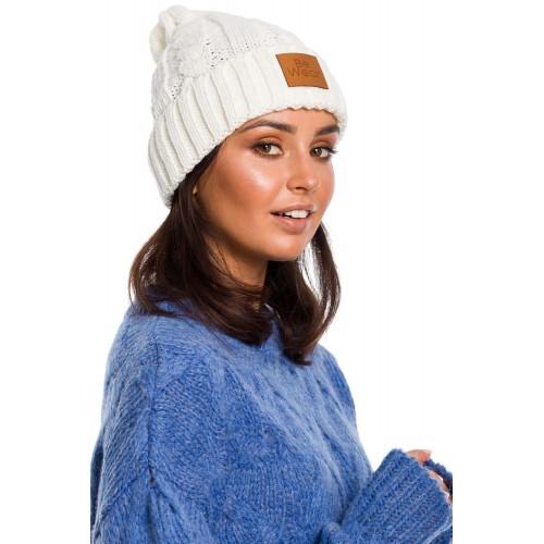 Smotanovobiela pletená čiapka s logom BK043